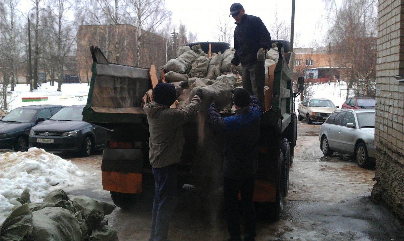 Погрузка мусора в Камаз в Солнцево