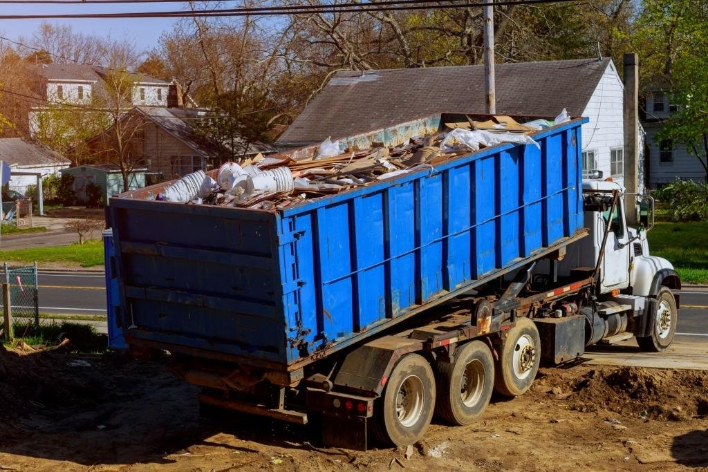 Грузовик вывозит мусор.