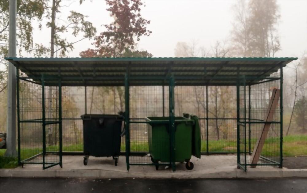 Площадка для мусора с контейнерами.